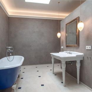 Idée de décoration pour une douche en alcôve design de taille moyenne avec une baignoire sur pieds, un mur gris et un lavabo intégré.