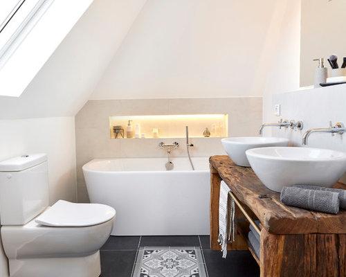 Kleines Country Badezimmer En Suite Mit Toilette Mit Aufsatzspülkasten,  Weißen Fliesen, Weißer Wandfarbe,