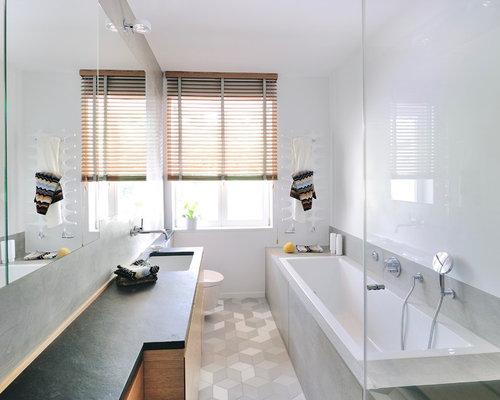 Kleines Modernes Duschbad Mit Flächenbündigen Schrankfronten, Bodengleicher  Dusche, Wandtoilette, Weißer Wandfarbe, Waschtisch