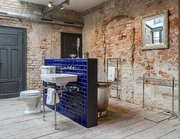 Badezimmer in Loft mit Steinwand