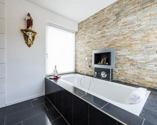 Großes Modernes Badezimmer Mit Schwarzen Fliesen, Einbaubadewanne, Bunten  Wänden Und Keramikboden In Frankfurt Am