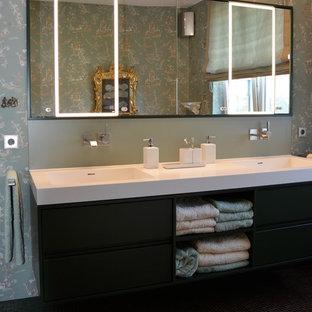 Idee per una stanza da bagno tradizionale con ante nere, piastrelle rosse, piastrelle a mosaico e lavabo rettangolare