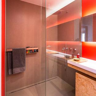 Ispirazione per una grande stanza da bagno padronale moderna con ante di vetro, vasca da incasso, doccia a filo pavimento, piastrelle grigie, piastrelle in pietra, pareti rosse, lavabo sospeso, pavimento grigio e doccia aperta