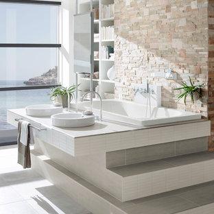 Idee per una stanza da bagno con doccia design di medie dimensioni con lavabo a bacinella, top piastrellato, vasca da incasso, doccia a filo pavimento, WC a due pezzi, piastrelle grigie, piastrelle in ceramica, pareti grigie e pavimento con piastrelle in ceramica