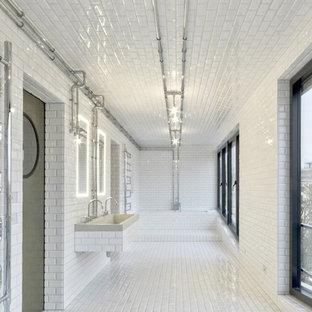 Industrial Duschbad mit Badewanne in Nische, weißen Fliesen, Metrofliesen, weißer Wandfarbe, Keramikboden und Trogwaschbecken in Berlin