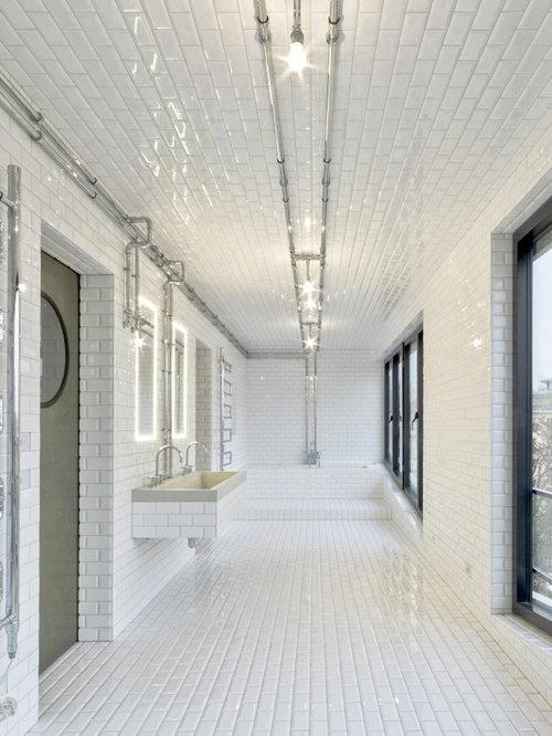 Industrial Duschbad Mit Badewanne In Nische, Weißen Fliesen, Metrofliesen,  Weißer Wandfarbe, Keramikboden