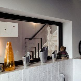 Ejemplo de cuarto de baño con ducha, minimalista, de tamaño medio, con bañera encastrada, ducha abierta, baldosas y/o azulejos blancos, suelo de baldosas tipo guijarro, ducha con cortina, encimeras beige, sanitario de pared, paredes blancas, suelo de madera en tonos medios, lavabo sobreencimera y suelo marrón