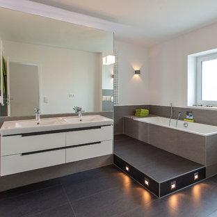 Wunderbar Mittelgroßes Modernes Badezimmer En Suite Mit Flächenbündigen  Schrankfronten, Weißen Schränken, Einbaubadewanne, Zementfliesen,