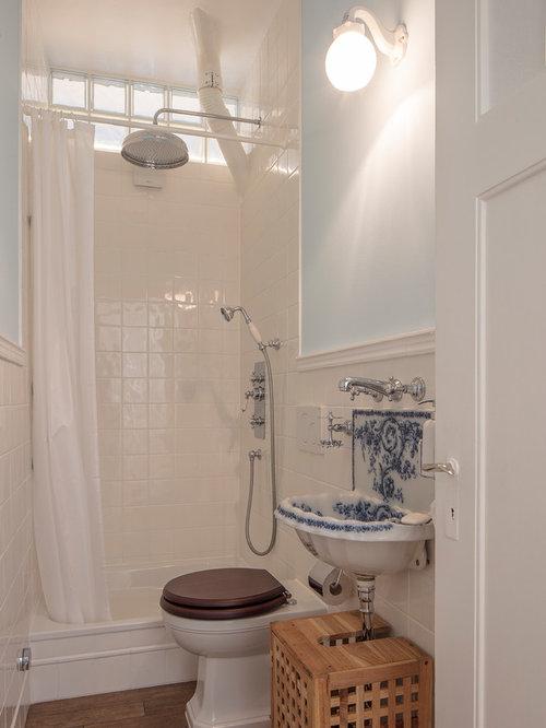 Kleines Landhaus Duschbad Mit Flächenbündigen Schrankfronten, Hellbraunen  Holzschränken, Duschnische, Wandtoilette Mit Spülkasten,