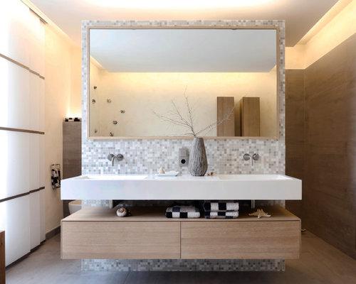 Mittelgroßes Modernes Badezimmer Mit Flächenbündigen Schrankfronten,  Hellbraunen Holzschränken, Grauen Fliesen, Mosaikfliesen, Wandwaschbecken