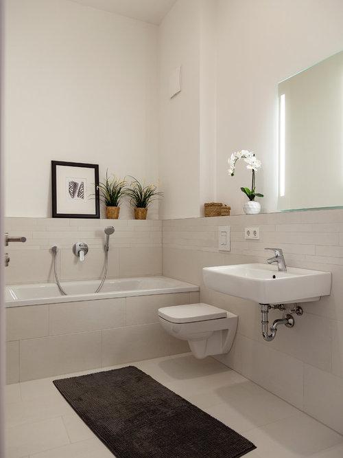 AuBergewohnlich Kleines Modernes Duschbad Mit Wandtoilette, Beiger Wandfarbe,  Wandwaschbecken, Beigem Boden, Einbaubadewanne,
