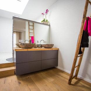 Неиссякаемый источник вдохновения для домашнего уюта: ванная комната среднего размера в современном стиле с плоскими фасадами, серыми фасадами, белыми стенами, паркетным полом среднего тона, душевой кабиной, настольной раковиной, столешницей из дерева, коричневым полом и коричневой столешницей
