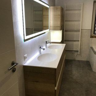 Mittelgroßes Modernes Badezimmer mit Eckbadewanne, bodengleicher Dusche, grauen Fliesen, Keramikfliesen, Unterbauwaschbecken, offener Dusche, weißer Waschtischplatte, Doppelwaschbecken und schwebendem Waschtisch in Sonstige