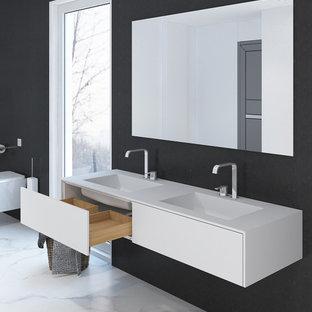 Salle de bain avec un plan de toilette en surface solide Dortmund ...