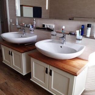 Immagine di una stanza da bagno country con ante a filo, pavimento con piastrelle effetto legno, un lavabo e mobile bagno sospeso
