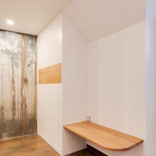 Mittelgroßes Modernes Badezimmer mit flächenbündigen Schrankfronten, weißen Schränken, farbigen Fliesen, Keramikfliesen, weißer Wandfarbe, Keramikboden, Aufsatzwaschbecken, Waschtisch aus Holz, braunem Boden und brauner Waschtischplatte in Sonstige
