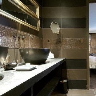 Modernes Badezimmer En Suite mit brauner Wandfarbe, Aufsatzwaschbecken und Beton-Waschbecken/Waschtisch in Frankfurt am Main