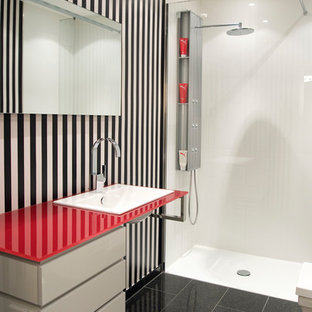 Kleines Modernes Badezimmer mit flächenbündigen Schrankfronten, weißen Schränken, bodengleicher Dusche, weißer Wandfarbe, Porzellan-Bodenfliesen, Einbauwaschbecken, Glaswaschbecken/Glaswaschtisch, schwarzem Boden und offener Dusche in Düsseldorf