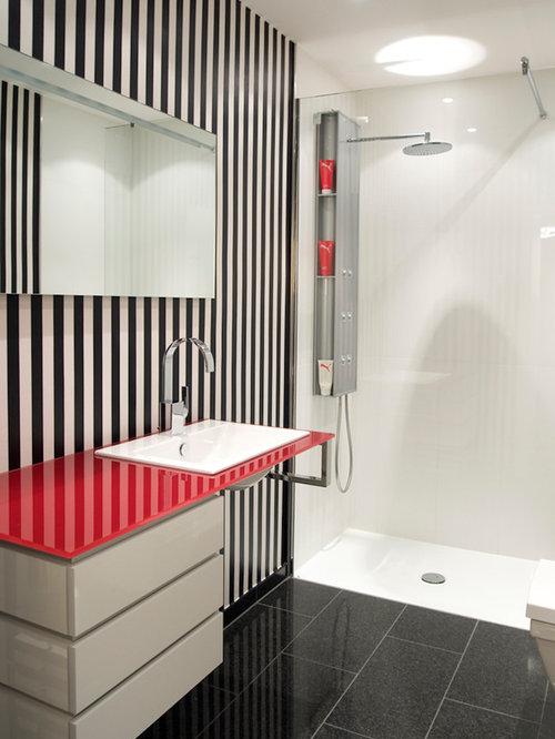 Kleines Modernes Badezimmer Mit Flächenbündigen Schrankfronten, Weißen  Schränken, Bodengleicher Dusche, Weißer Wandfarbe,