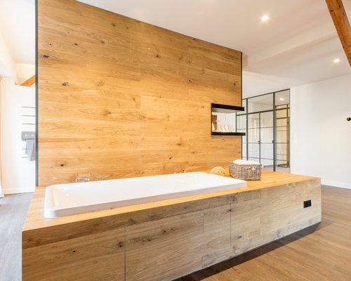 Großes Uriges Duschbad Mit Einbaubadewanne, Vinylboden, Braunem Boden,  Offener Dusche, Weißer Wandfarbe