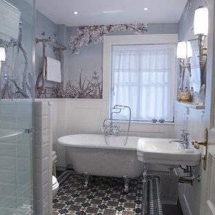 Idee per una stanza da bagno padronale vittoriana di medie dimensioni con vasca con piedi a zampa di leone, doccia ad angolo, piastrelle multicolore, pareti multicolore, lavabo sospeso e pavimento in cementine