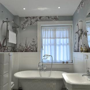 Пример оригинального дизайна: маленькая главная ванная комната в викторианском стиле с ванной на ножках, угловым душем, унитазом-моноблоком, полом из цементной плитки, раковиной с пьедесталом и столешницей из известняка