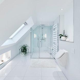 Foto di una stanza da bagno moderna di medie dimensioni con doccia a filo pavimento, orinatoio, piastrelle bianche, piastrelle in ceramica, pareti bianche e porta doccia a battente