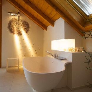 Ispirazione per una grande stanza da bagno con doccia contemporanea con vasca freestanding, doccia a filo pavimento, bidè, pistrelle in bianco e nero, lastra di pietra, pareti bianche, lavabo integrato, pavimento beige e top bianco