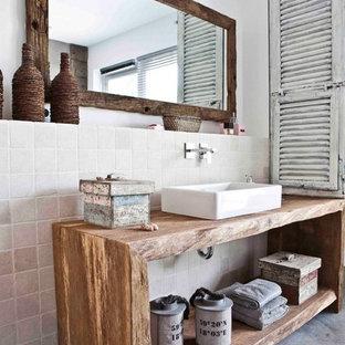 Mittelgroßes Shabby-Chic-Style Badezimmer mit weißen Fliesen, Steinfliesen, weißer Wandfarbe, Aufsatzwaschbecken, Waschtisch aus Holz, Betonboden und offenen Schränken in Hamburg