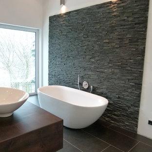 Salle de bain avec du carrelage en ardoise et un sol en carreaux de ...
