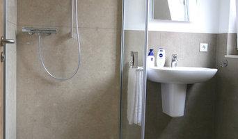 Barrierefreie Dusche mit Marmor-Wandverkleidung