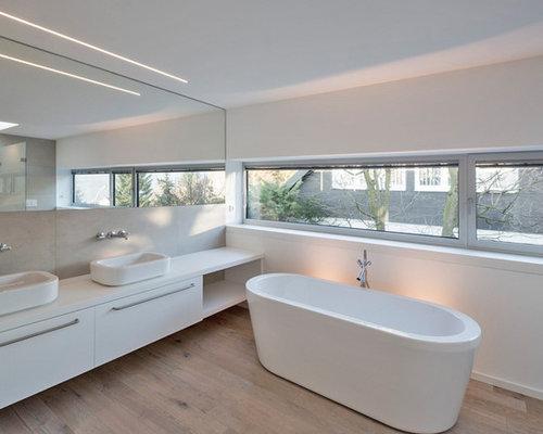 badezimmer mit aufsatzwaschbecken und freistehender. Black Bedroom Furniture Sets. Home Design Ideas