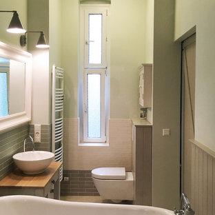 Idee per una stanza da bagno padronale shabby-chic style di medie dimensioni con vasca freestanding, vasca/doccia, piastrelle verdi, piastrelle diamantate, pareti verdi, lavabo a bacinella, top in legno e pavimento grigio