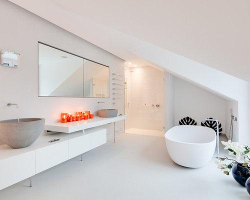 Großes Modernes Badezimmer Mit Flächenbündigen Schrankfronten, Weißen  Schränken, Freistehender Badewanne, Bodengleicher Dusche,