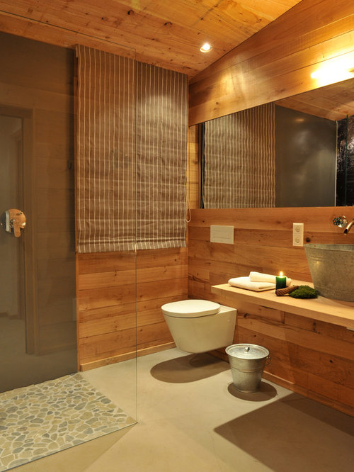 Mittelgroßes Rustikales Duschbad Mit Eckdusche, Kieselfliesen,  Aufsatzwaschbecken, Wandtoilette, Waschtisch Aus Holz,