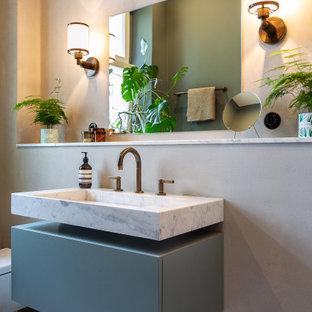 Modernes Badezimmer mit flächenbündigen Schrankfronten, grauen Schränken, grauer Wandfarbe, Wandwaschbecken, buntem Boden, Einzelwaschbecken und schwebendem Waschtisch in Berlin