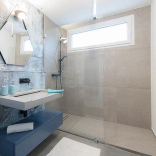 Kleines Industrial Duschbad mit flächenbündigen Schrankfronten, blauen Schränken, Nasszelle, beiger Wandfarbe, Zementfliesen, Trogwaschbecken, beigem Boden und offener Dusche in Stuttgart