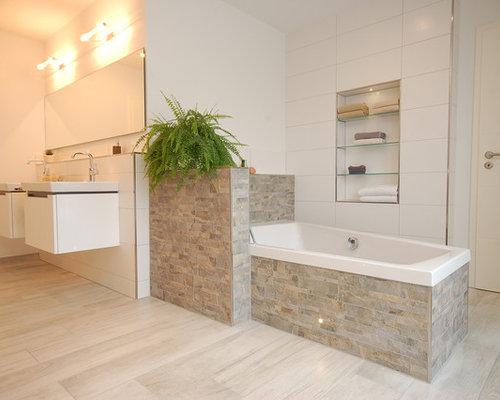 Großes Modernes Badezimmer Mit Badewanne In Nische, Weißer Wandfarbe,  Beigefarbenen Fliesen, Grauen Fliesen