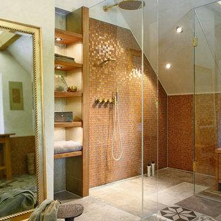 Mittelgroßes Mediterranes Duschbad mit offenen Schränken, dunklen Holzschränken, bodengleicher Dusche, braunen Fliesen, Mosaikfliesen, grauer Wandfarbe, Keramikboden, buntem Boden und Falttür-Duschabtrennung in Sonstige
