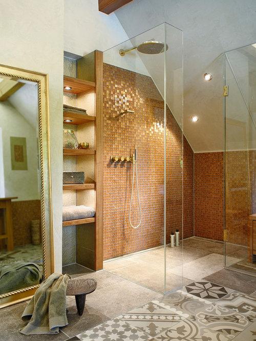 Mittelgroßes Mediterranes Duschbad Mit Offenen Schränken, Dunklen  Holzschränken, Bodengleicher Dusche, Braunen Fliesen,