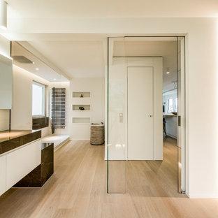 Großes Modernes Badezimmer mit flächenbündigen Schrankfronten, weißen Schränken, offener Dusche, weißer Wandfarbe, hellem Holzboden, integriertem Waschbecken und offener Dusche in Stuttgart