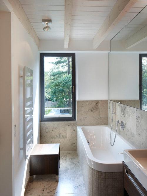 Modernes Badezimmer Mit Dunklen Holzschränken, Eckbadewanne, Steinfliesen,  Weißer Wandfarbe, Aufsatzwaschbecken, Waschtisch