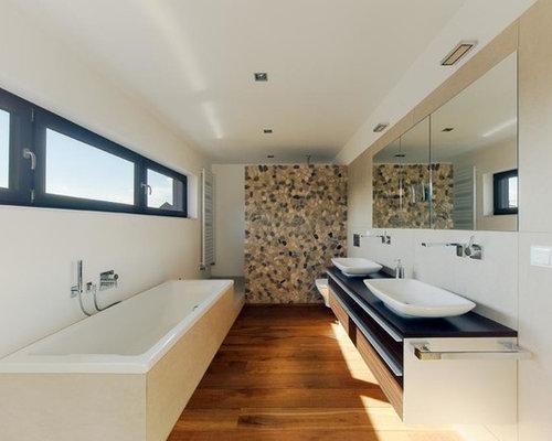 Badezimmer mit braunem holzboden und kieselfliesen design for Modernes bad klein