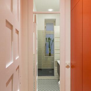 Idee per una stanza da bagno minimalista con ante lisce, ante arancioni, doccia alcova, WC sospeso, piastrelle bianche, piastrelle in gres porcellanato, pareti bianche, pavimento con piastrelle in ceramica, lavabo sospeso, pavimento nero e porta doccia a battente