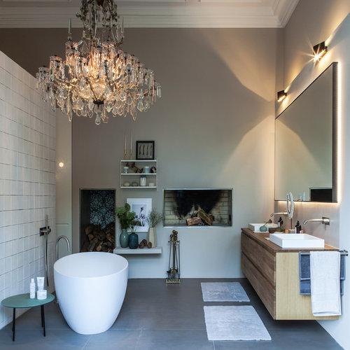 Salle de bain avec un plan de toilette en surface solide ...