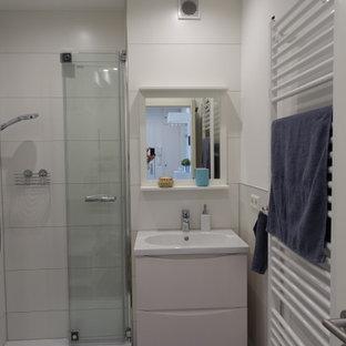 Пример оригинального дизайна: ванная комната в современном стиле с белыми стенами, полом из плитки под дерево и душем с распашными дверями