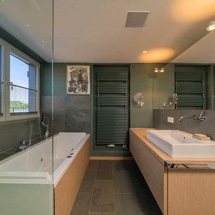 Badezimmer Mit Hellbraunen Holzschranken Ideen Design Bilder Houzz