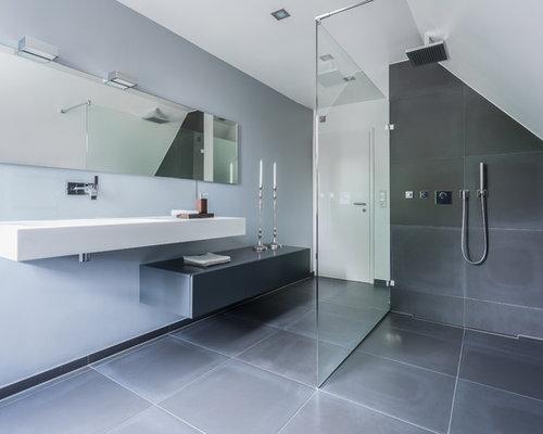 Wunderbar Großes Modernes Badezimmer Mit Flächenbündigen Schrankfronten, Grauen  Schränken, Bodengleicher Dusche, Grauen Fliesen,