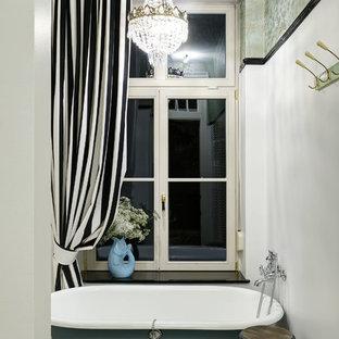 Kleines Klassisches Badezimmer En Suite mit Löwenfuß-Badewanne, weißer Wandfarbe und Keramikboden in Berlin