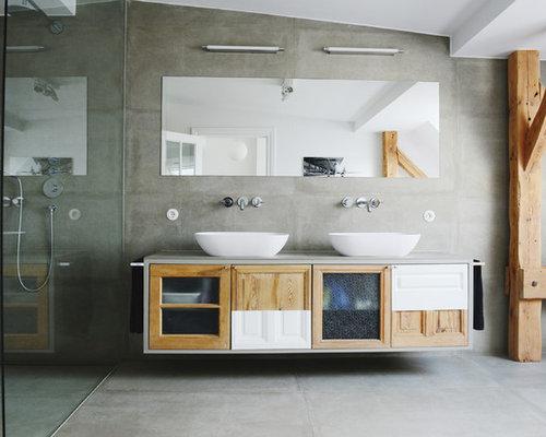 Geräumiges Modernes Badezimmer Mit Bodengleicher Dusche, Grauen Fliesen,  Grauer Wandfarbe, Betonboden, Aufsatzwaschbecken
